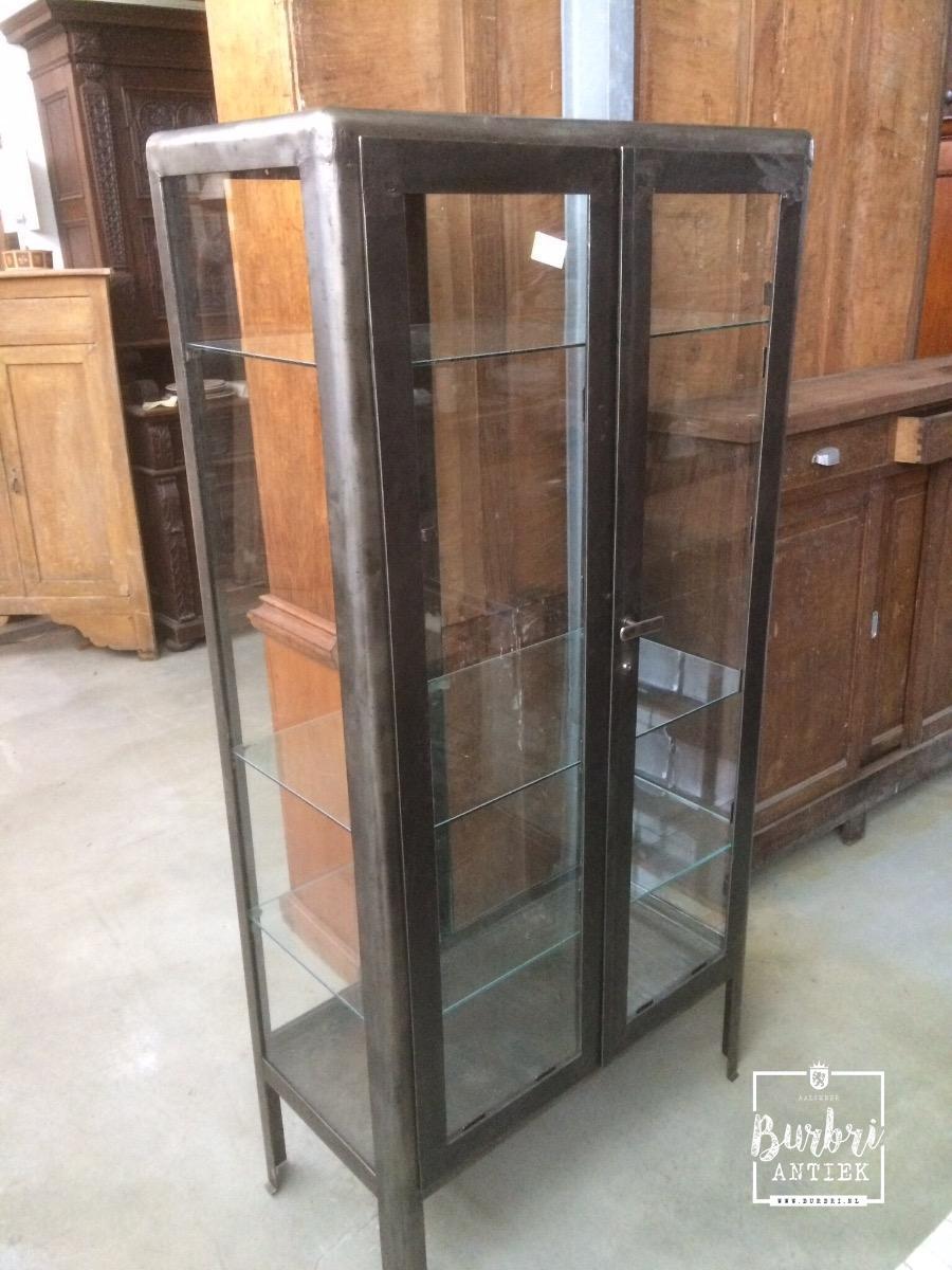 Industrial shopfittings 2 doors old hospital cabinet for Industriele vitrinekast
