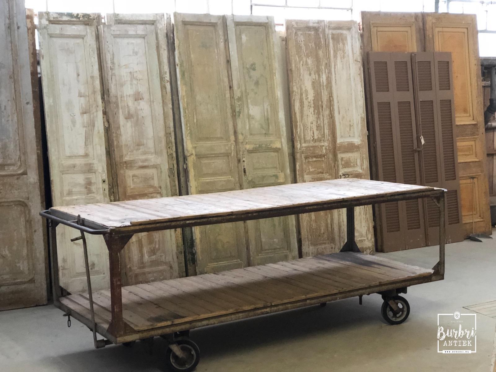 Industriele Tafel Op Wielen.Industrial Table On Wheels Antieke Tafels Winkelinrichtingen