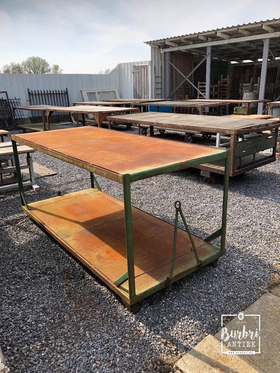 Industriele Tafel Met Wielen.Industrial Table On Wheels Winkelinrichtingen Burbri