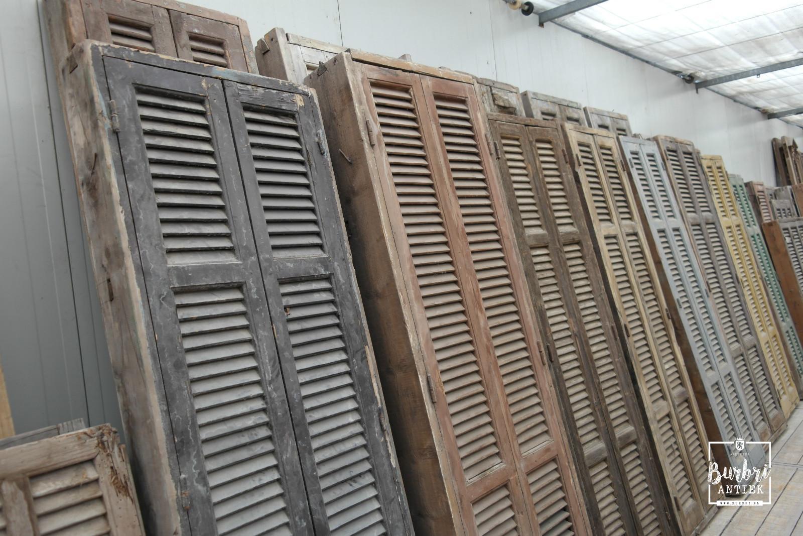 Oude kozijnen met louvre deuren - Oude luiken - Oude bouwmaterialen ...: www.burbri.nl/inventaris/oude-bouwmaterialen-oude-deuren-antiek...